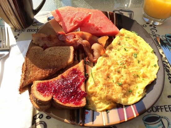 Retreat by the Lake : Breakfast that morning: chive and cheese omelette, toast, fruit from the garden