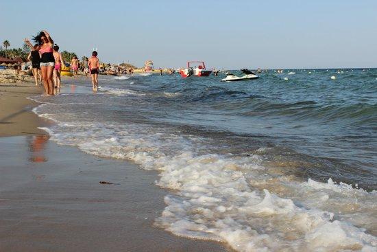 Le Zenith Hotel : Пляж отеля. На пляже много разной развлекухи - ватрушки, бананы, парашюты