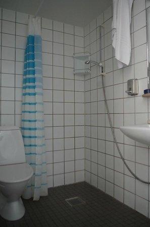Copenhagen Airport Hotel / Dragor Badehotel : Das Bad - in allen Zimmern ähnlich: nach einmal Duschen unter Wasser für den Rest des Tages