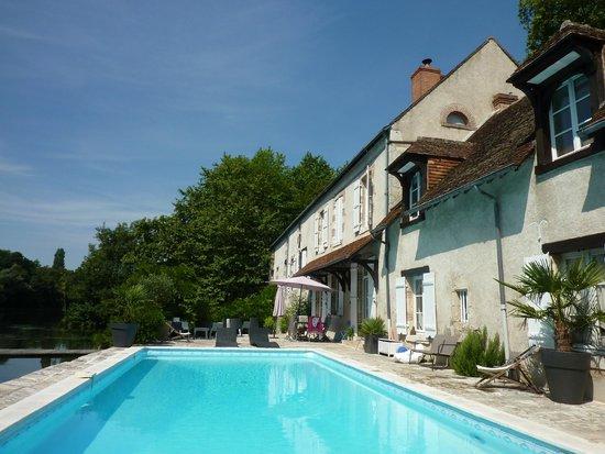 Moulin St Julien : terrace and pool