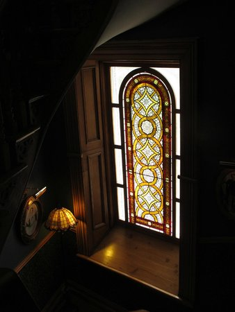 Victorian Heritage Bed and Breakfast: Stained glass in stairway