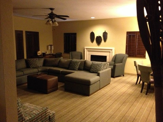 Embassy Suites by Hilton Mandalay Beach Resort: Living area