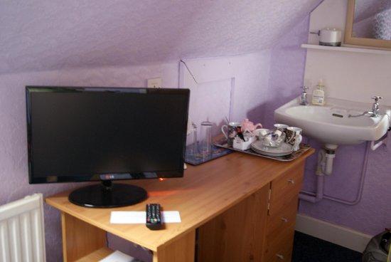 Viewfield House Bed& Breakfast: angolo TV e bar della stanza