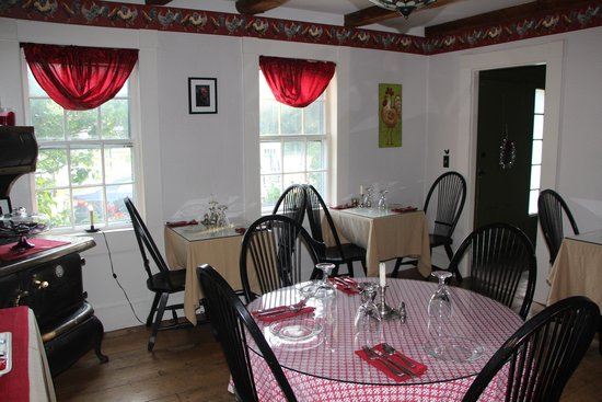 Coach Stop Inn Bed and Breakfast : Quaint Dining Area Decorated with Period Furniture