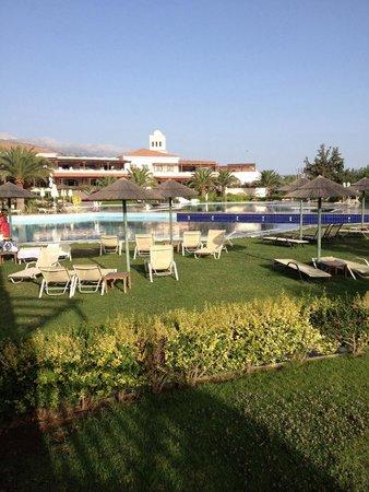 Pilot Beach Resort : Vista della Piscina e Corpo Centrale dell' Hotel