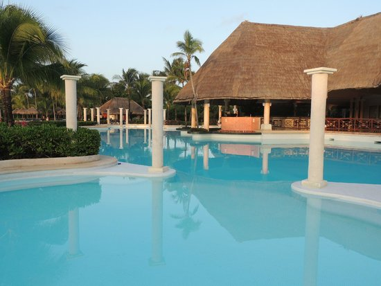 Grand Palladium Kantenah Resort and Spa: pool and swim up bar