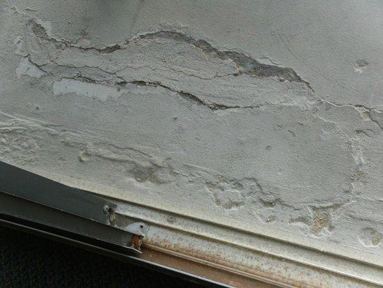 Wyndham Virginia Beach Oceanfront : balcony surface in need of repair