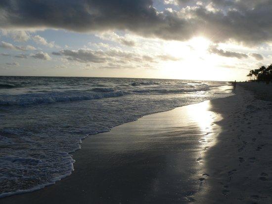 Bavaro Princess All Suites Resort, Spa & Casino: Рассвет на пляже