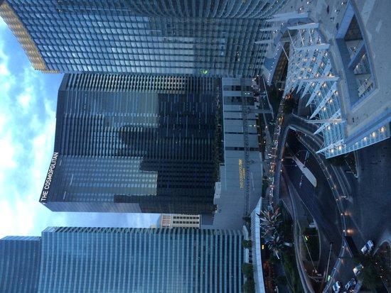 ARIA Resort & Casino : ВИД ИЗ ОКНА НА ОТЕЛЬ THE COSMOPOLITAN