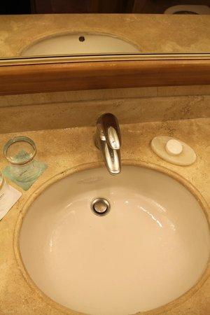 Barcelo Maya Colonial: Baño sucio y viejo