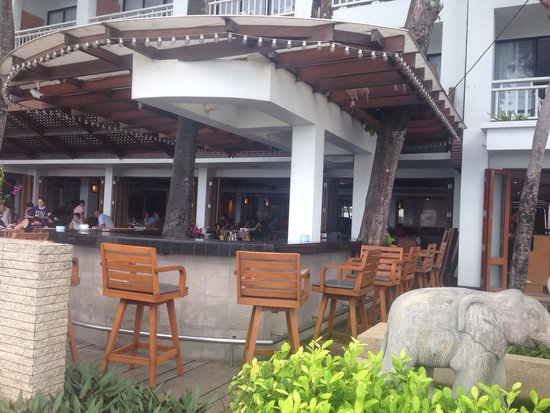 Sunset Beach Resort: The open air bar and restaurant.