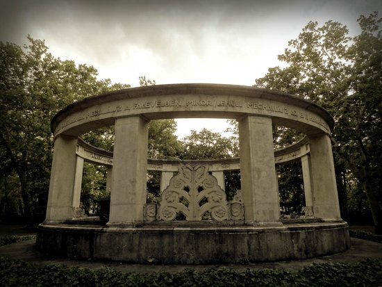 Fiumei Road Cemetery: Ring