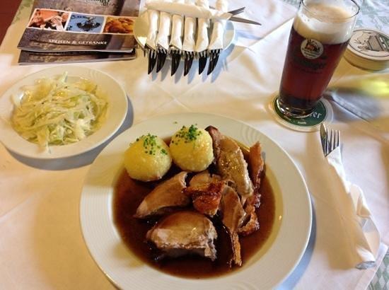 Brauerei-Gaststatte Kneitinger: spanferkelbraten mit dunklem radler