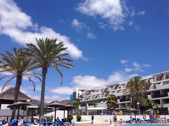 Sandos Papagayo Beach Resort: blue lanzarote sky
