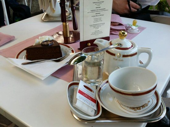 Café Sacher Salzburg: เค็กช๊อกโกแล็คเสริฟพร้อมชาร้อน ๆ