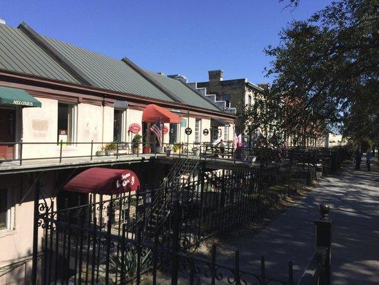 River Street Savannah: Bay st. detras de River st