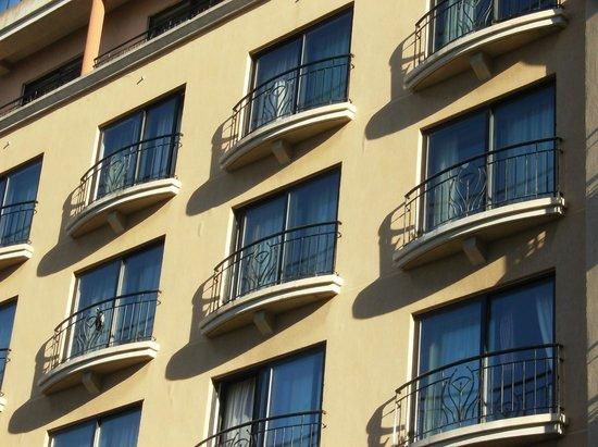 Golden Tulip Vivaldi Hotel: visione fronte strada