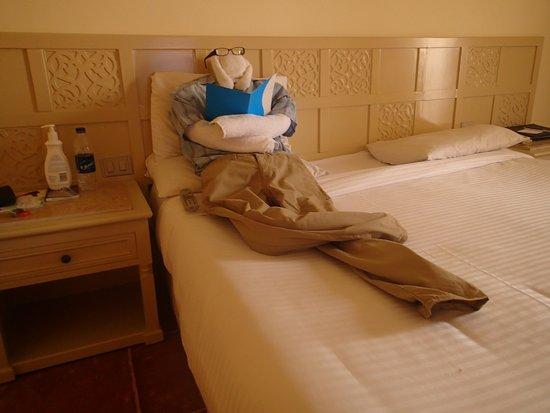 SENTIDO Mamlouk Palace Resort : Towel man! Watching TV