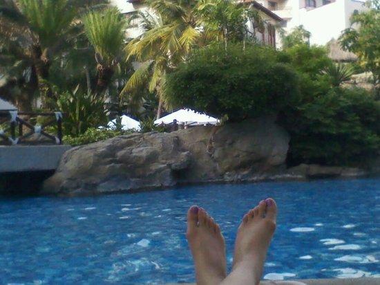 Buganvilias Vacation Club: tomada descansando en los camastros alrededor de la alberca