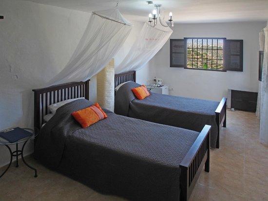 Casa Colina: Orange suite bedroom