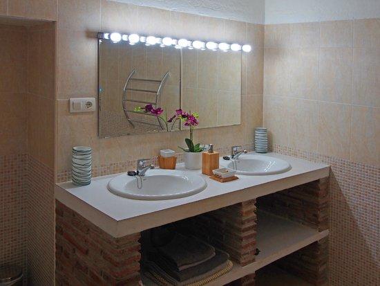 Casa Colina: Orange suite bathroom