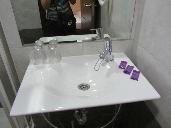 Astoria Hostal: Lavabo con jaboncitos
