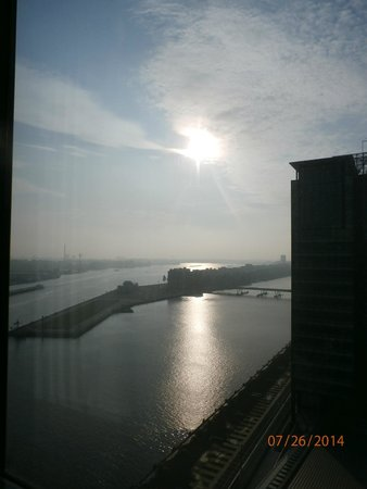 Movenpick Hotel Amsterdam City Center: Sunrise from the window of our room