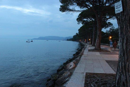 Hotel Lazise: Skøn og hyggelig strandpromenade få meter fra hotellet
