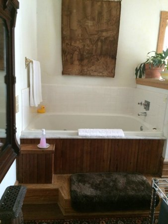 Summit Street Bed and Breakfast Inns: Jacuzzi tub