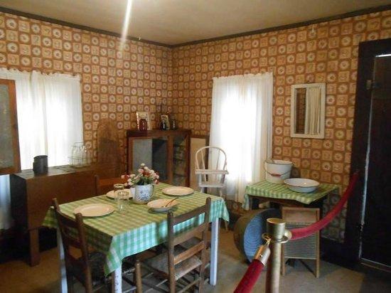 Elvis Presley Birthplace & Museum: Interior de la casa de Elvis, cocina/comedor