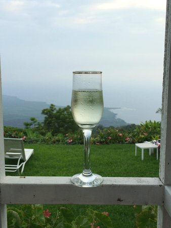 Belle Vue Kona B&B: Wine on the lanai of the Honeymoon Suite