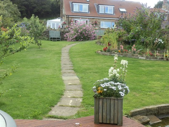 Middlethorpe Guesthouse : Gardens view to B&B