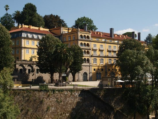 Casa da Calcada Relais & Chateaux : A view of the hotel from the opposite bank of the river Tâmega