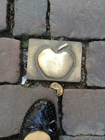 Sachsenhausen: вот такие яблоки на мостовой
