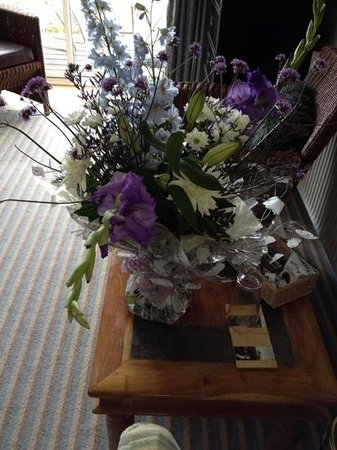 Mount Haven Hotel & Restaurant: The flowers delivered to our room