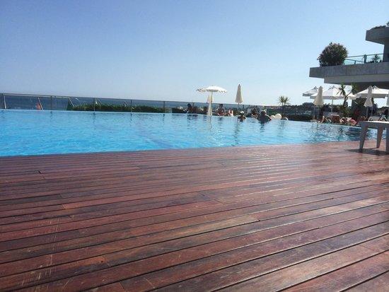 Hotel Cascais Miragem: Zwembad en uitzicht