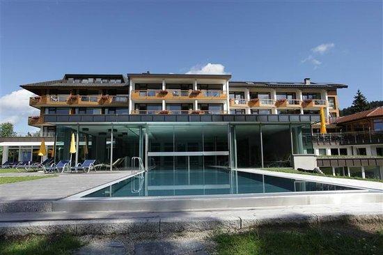 Seehotel Wiesler: Blick von der Liegewiese über den Aussenpool