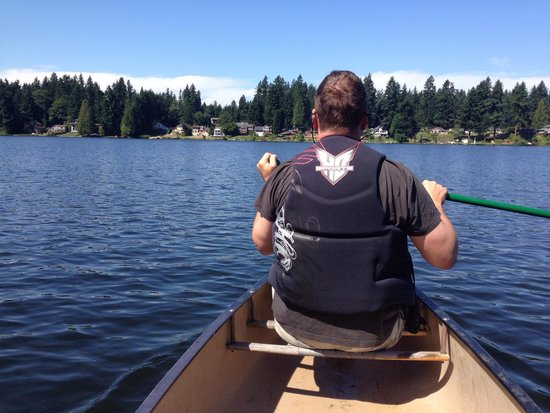Cottage Lake Gardens Bed and Breakfast : Take a canoe out!!!
