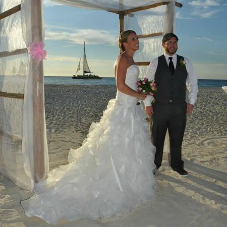 Manchebo Beach Resort & Spa: A pic from our wedding!