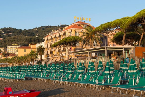 Palace Hotel: Hotel in der Morgensonne, vom Strand her