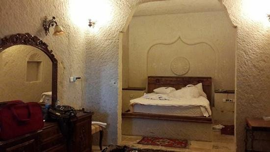 Spelunca Cave Suites: King size bed and clean bathroom.