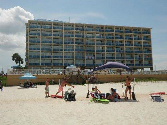 Georgian Inn Beach Club: view of the hotel from the beach
