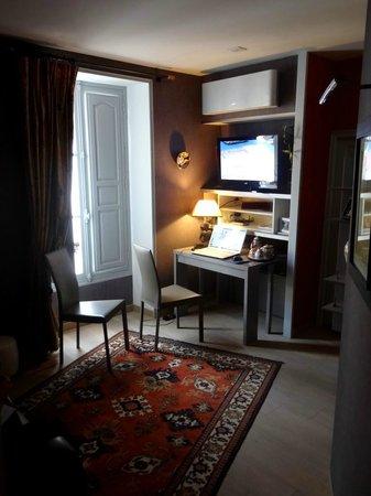 Le petit coin salon avec bureau canap t l vision et for Dormir dans le salon