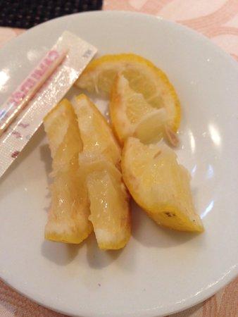 Hotel Dimora Adriana: Limone mezzo marcio che mi hanno dato da mettere nel the a colazione