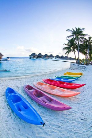 Conrad Bora Bora Nui : kayaks on the beach