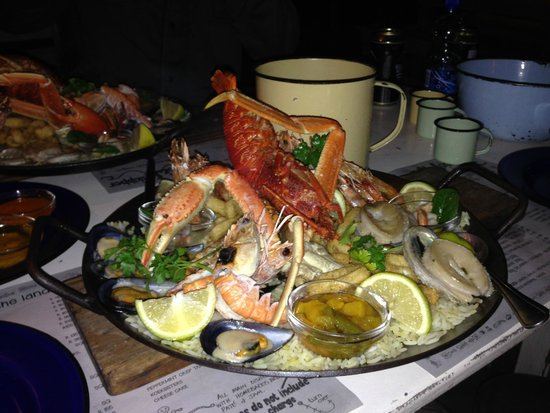 Jeffreys Bay, Afrique du Sud : The seafood platter for two...truly a treat and fished infront of the restaurant
