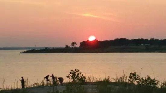 Grapevine Lake: Sunset at the lake breathtaking