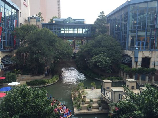 Shops at Rivercenter: Mall view