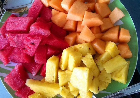 Coconut Lodge: Fruit plate at breakfast