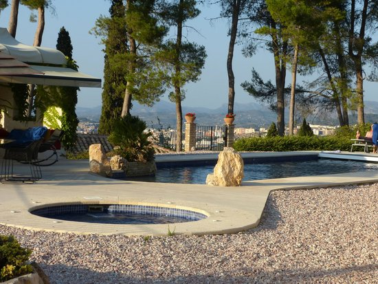 Hotel Rural Masia La Mota: The pool with a view of Alcoy